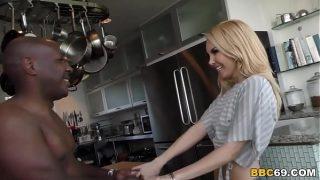 La jeune coquine blonde Aaliyah Love a toujours rêvé de se faire prendre par une grosse bite noire bien raide et sera totalement satisfaite par celle-ci